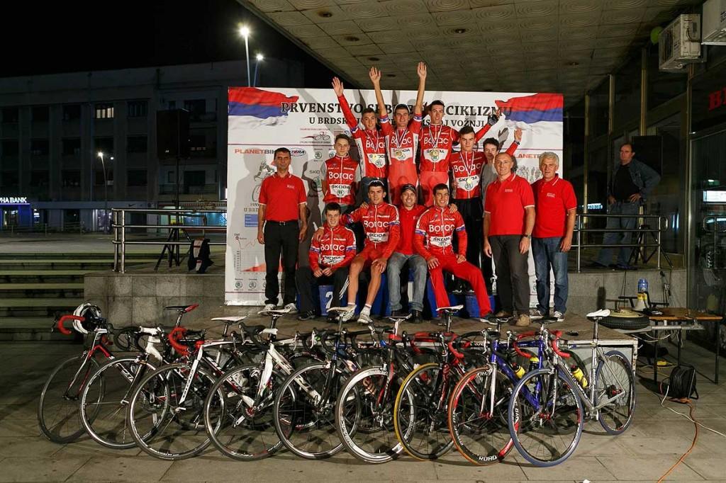 Ekipa_Biciklistickog_kluba_sa_vodjstvom_na_svecanoj_bini_pos
